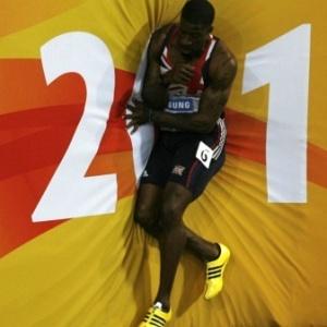 Dwain Chambers afunda no colchão usado para frear os atletas na pista de Doha, em que foi ouro