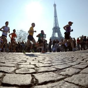 Atletas passam pela Torre Eiffel durante a disputa da 34ª edição da Maratona de Paris, na França