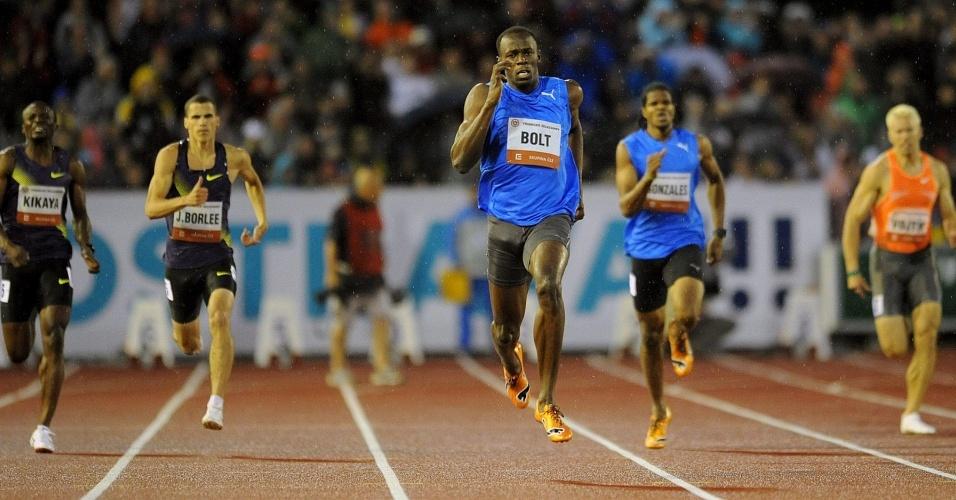 Usain Bolt se distancia de seus concorrentes e vence os 300 m em Ostrava