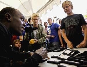 Usain Bolt distribui autógrafos para fãs e jovens atletas em Estocolmo