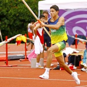 Thiago Braz realiza salto em Cingapura; jovem compartilha treinador com Fabiana Murer
