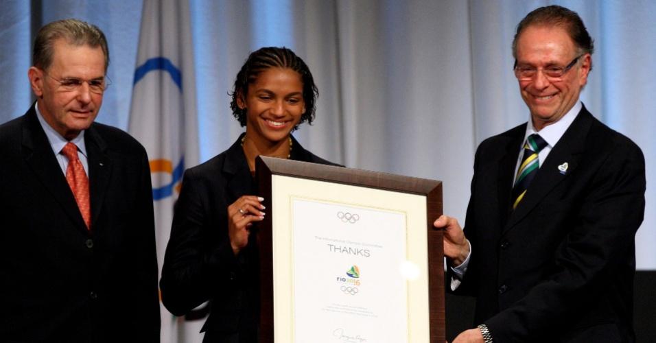 Ao lado de Jacques Rogge, Bárbara Leôncio e Carlos Arthur Nuzman recebem o diploma pela candidatura do Rio de Janeiro às Olimpíadas de 2016