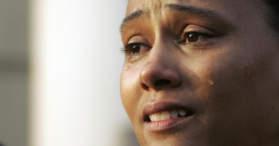 Marion Jones chora após admitir publicamente o uso de doping, em 2007