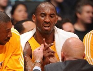 Kobe tem convivido com fratura em um dedo da mão direita e será poupado nos próximos jogos
