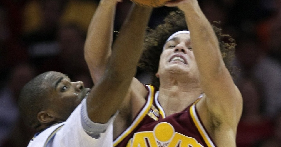 Brasileiro Anderson Varejão disputa bola para o Cleveland Cavaliers contra Washington Wizards