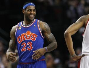 LeBron James sorri; astro foi multado pela NBA, mas assinou novo contrato de patrocínio milionário