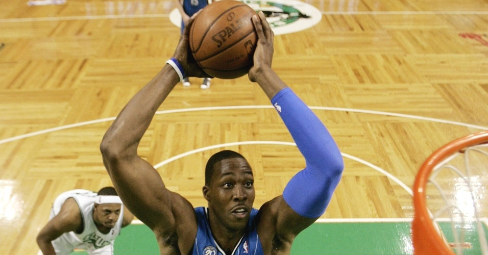 Dwight Howard enterra bola para o Orlando Magic em partida contra o Boston Celtics