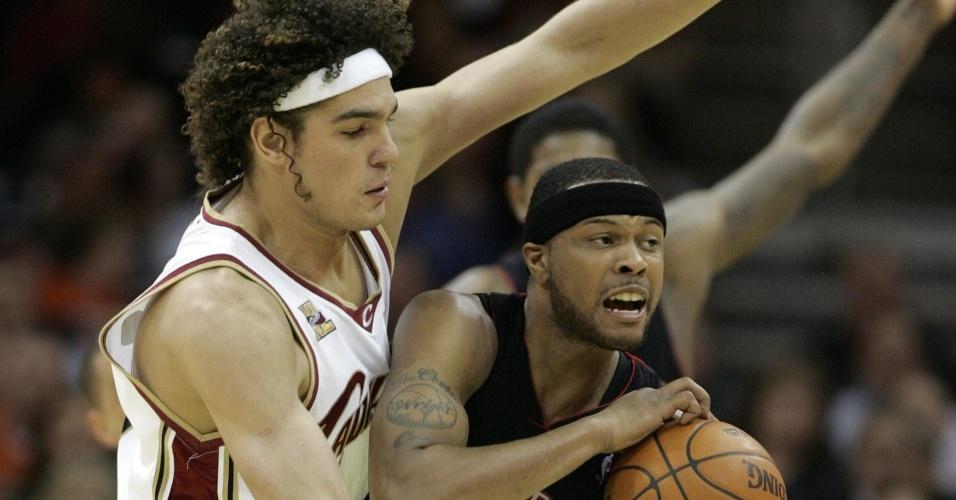 Brasileiro Anderson Varejão disputa a bola para o Cleveland Cavaliers contra o Toronto Raptors