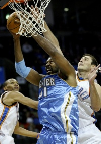 Nenê consegue um dos dois rebotes que pegou na derrota dos Nuggets para o Thunder