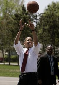 Barack Obama arremessa bola de basquete durante visita a Havana