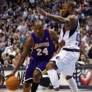 Kobe Bryant foi bem marcado pelos Mavericks e não impediu a derrota dos Lakers em Dallas