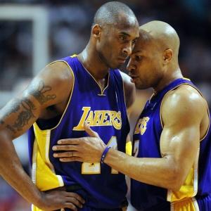 Kobe Bryant conversa com Derek Fisher na partida em que o Lakers foi derrotado pelo Miami Heat