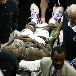 Rodney Stuckey, do Detroit Pistons, é retirado de quadra e levado a um hospital após ter um colapso na partida contra o Cleveland Cavaliers