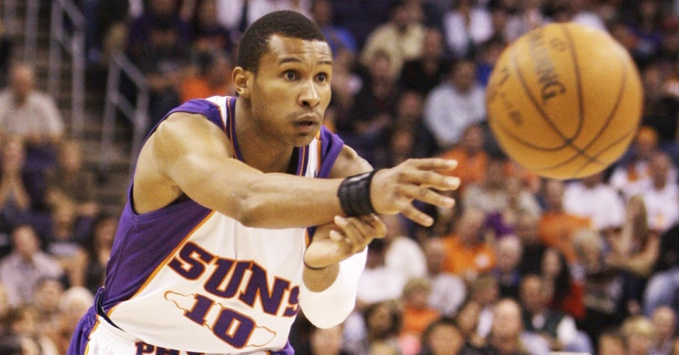 Leandrinho passa a bola na vitória do Phoenix Suns sobre o Minnesota Timberwolves na NBA