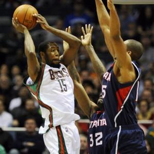 John Salmons tenta cesta para o Milwaukee Bucks; jogador é o principal pontuador da equipe