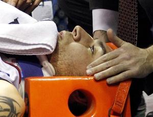 Carlos Delfino foi atendido pelos médicos após acidente em quadra e passará por exames