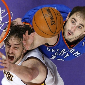 Gasol briga pela bola no 1º jogo dos Los Angeles Lakers com o Oklahoma City Thunder nos playoffs