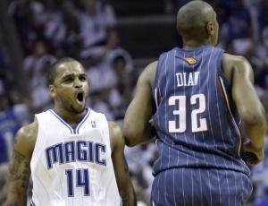Jameer Nelson (e) comemora cesta de três pontos na vitória do Orlando Magic diante do Bobcats