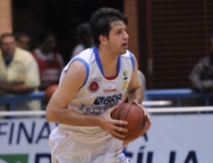Brasília, de Giovannoni (foto), fez um grande primeiro quarto, bateu o Bauru e avançou às semis