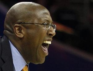 Mike Brown, dos Cleveland Cavaliers, orienta a equipe; técnico foi demitido após falhar outra vez