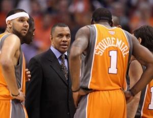 Alvin Gentry assumiu o comando dos Phoenix Suns na metade da temporada passada. Desde então, o treinador tem trabalhado o setor defensivo da equipe que era conhecida principalmente pelo seu ataque de muitos pontos e definições rápidas.
