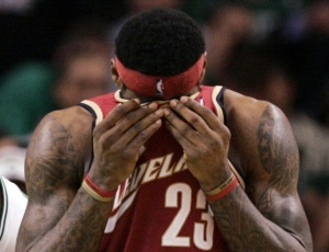 LeBron James lamenta derrota que eliminou os Cavs dos playoffs da NBA, contra os Celtics