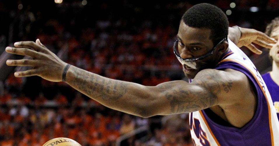 Amare Stoudemire até perde os óculos de proteção no jogo 3 da final da Conferência Oeste entre Phoenix Suns e Los Angeles Lakers