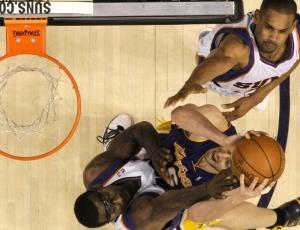 Pau Gasol, no centro, tenta passar pela defesa de Amare Stoudemire (esquerda) e de Grant Hill. Marcação por zona dos Suns funcionou bem no terceiro jogo da série contra os Lakers
