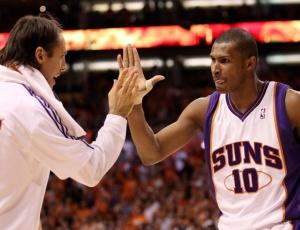 Leandrinho (direita) foi um dos reservas dos Suns que mais se destacou na ótima atuação do banco na vitória diante dos Lakers. O brasileiro foi eficiente ao marcar 14 pontos nos poucos 16 minutos que esteve em quadra