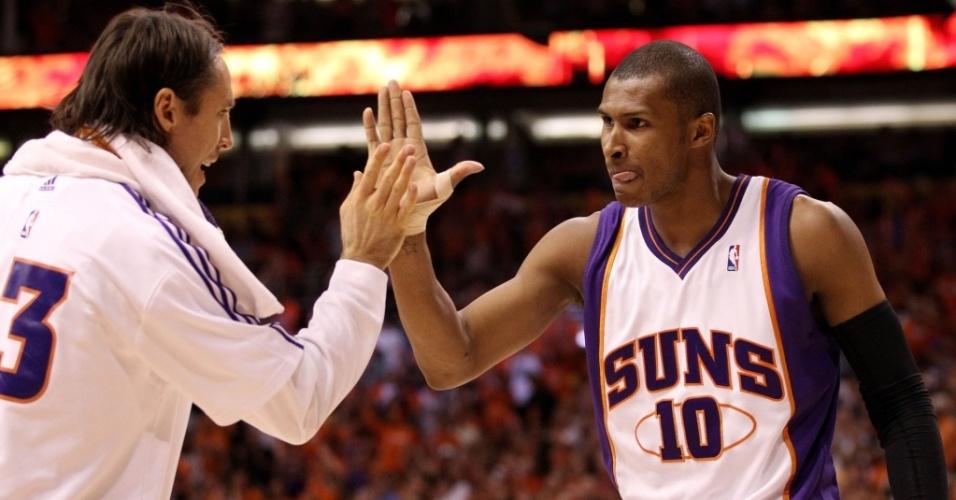 Steve Nash comemora ponto do Phoenix Suns com Leandrinho