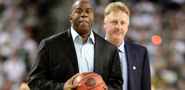 Magic Johnson e Larry Bird durante final do basquete universitário em 2010 - Andy Lyons/Getty Images