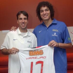 Marcelinho Machado (e) entrega camisa personalizada do Flamengo a Anderson Varejão