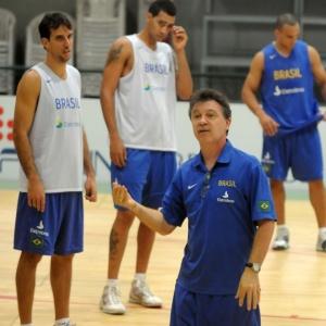 Magnano orienta jogadores da seleção brasileira: argentino diz que encontrou o Brasil de 2010 em estágio parecido com o da Argentina em 2000