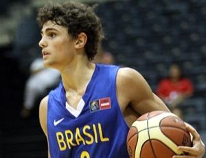 <b>RAULZINHO: O RICKY RUBIO BRASILEIRO</b><br><br> Quando entrou em quadra pelo Minas contra o Iguaçu em abril de 2008, Raul Togni Neto passou quase despercebido. Mas, com apenas 15 anos de idade, se tornou o mais jovem jogador a atuar e marcar pontos por um torneio nacional. Agora, apenas dois anos depois, está perto de um dos maiores sonhos de um jogador profissional.<br><br> No mês passado, ele foi chamado apenas para treinar com o time principal e ganhar experiência na seleção brasileira, mas depois de duas semanas de treino e com a dispensa de Paulinho Boracini, está perto de fazer parte do grupo que vai disputar o Mundial da Turquia, que começa no fim deste mês.