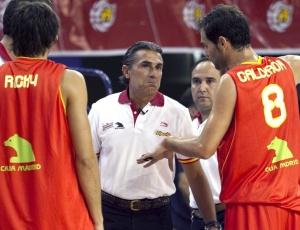Sergio Scariolo (centro) conversa com Ricky Rubio (esquerda) e Jose Calderón durante amistoso. Técnico anunciou os doze convocados para o Mundial com a já esperada ausência de Pau Gasol