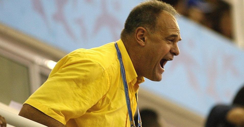 Oscar Schmidt, ex-jogador de basquete, torce para o Brasil nos Jogos Pan-Americanos do Rio de Janeiro, em 2007