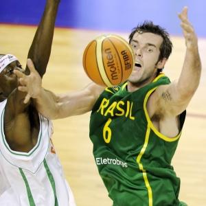 Murilo pega um de seus 7 rebotes na vitória do Brasil contra a Costa do Marfim: pivô acertou os 5 arremessos que tentou e terminou com 10 pontos