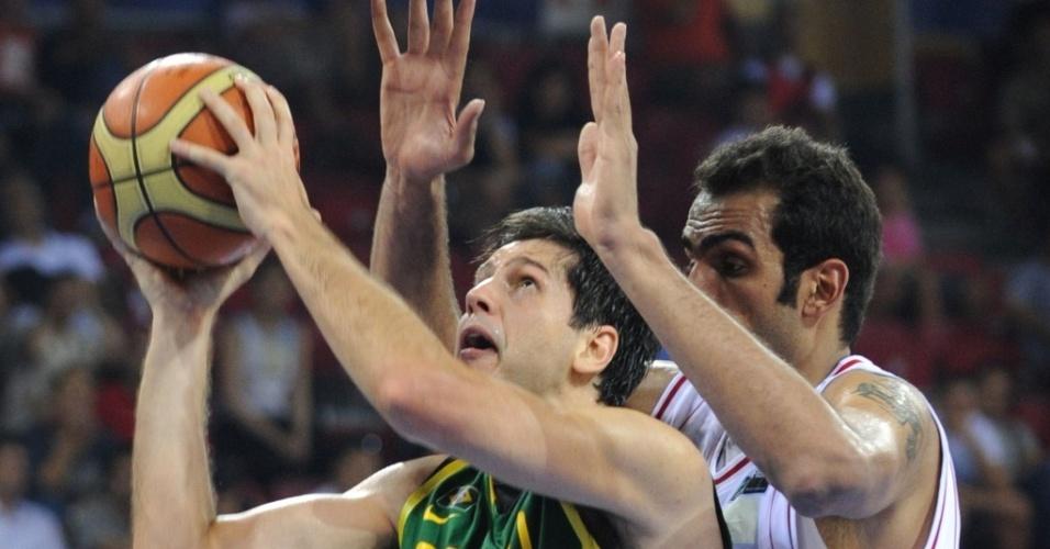 Guilherme Giovannoni é marcado por Hamed Haddadi na vitória do Brasil sobre o Irã