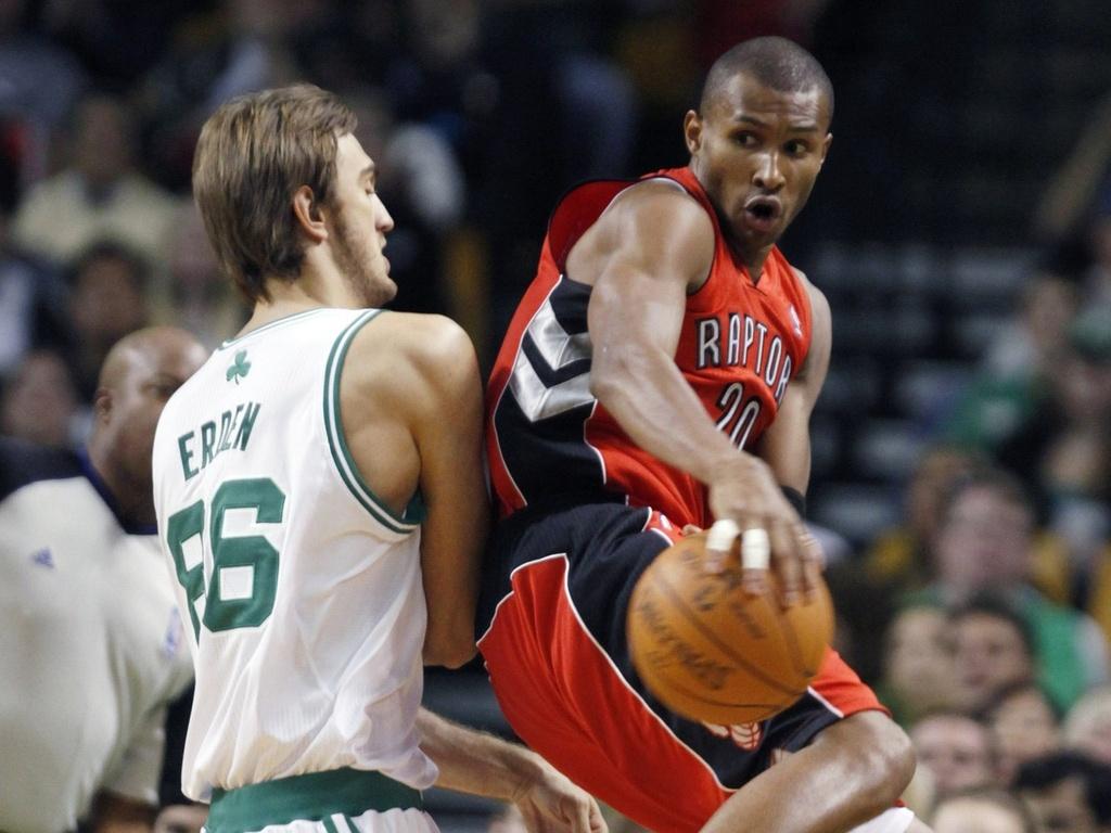 Leandrinho, do Toronto Raptors, enfrenta o Boston Celtics