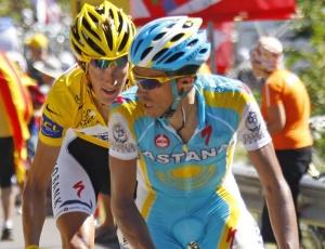 Alberto Contador (dir.) é perseguido por Schleck no Tour; ciclistas são os maiores candidatos ao título