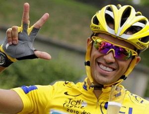 Alberto Contador comemora conquista do terceiro título da Volta da França, no último domingo
