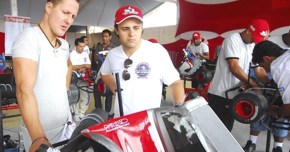 Schumacher e Massa trabalham nos karts durante os treinos livres desta sexta-feira