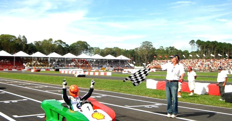 Após ultrapassagem genial sobre Meira e Liuzzi, Schumacher passeou para a vitória na 1ª bateria