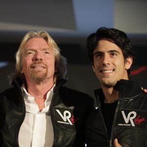 Di Grassi posa ao lado de Branson, dono da Virgin