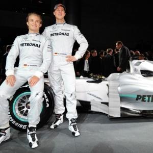 Depois de muita expectativa, a Mercedes GP mostrou seu carro para a temporada de 2010, em que entra na Fórmula 1 no lugar da Brawn GP, campeã com Button. E o MGP W01, modelo da equipe, será prateado, como era esperado.<br><br> No museu da montadora em Stuttgart, a fábrica alemã fez uma apresentação do carro número 3, que será usado justamente por sua maior estrela, o alemão Michael Schumacher