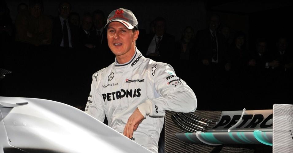 Schumacher posa junto ao novo carro da Mercedes