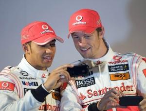 Hamilton e Button mostraram entrosamento e fizeram até piada no lançamento do novo carro