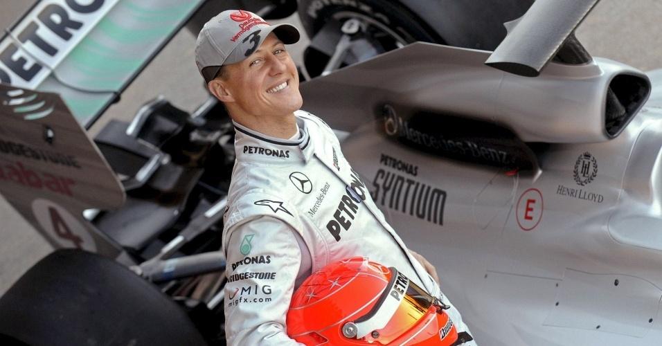 Michael Schumacher posa com o novo modelo da Mercedes GP em Valência