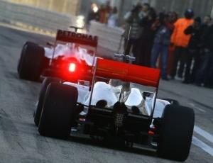 Michael Schumacher, à frente, e Lewis Hamilton, durante a pré-temporada da F-1; asa foi aprovada