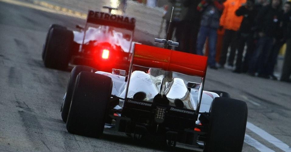 Michael Schumacher, à frente, e Lewis Hamilton, durante teste da pré-temporada da F-1